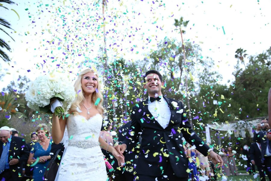 Brautpaar das Bus für Hochzeit mieten könnte